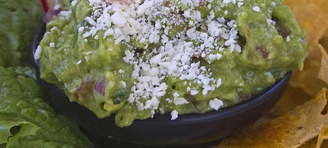 Guacamole s parmezánem a bazalkou